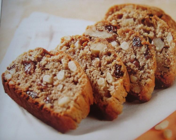 pane rustico con pinoli e noci