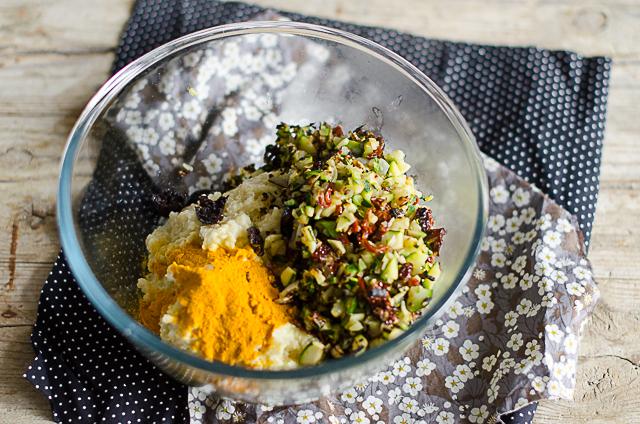 Добавить также рубленные на кусочки оливки, 1 срезанную ст. ложку куркумы и 2 ст.л. панировочных сухарей. Отрегулировать по соли. Поместить полученную смесь в холодильник как минимум на 1 час.